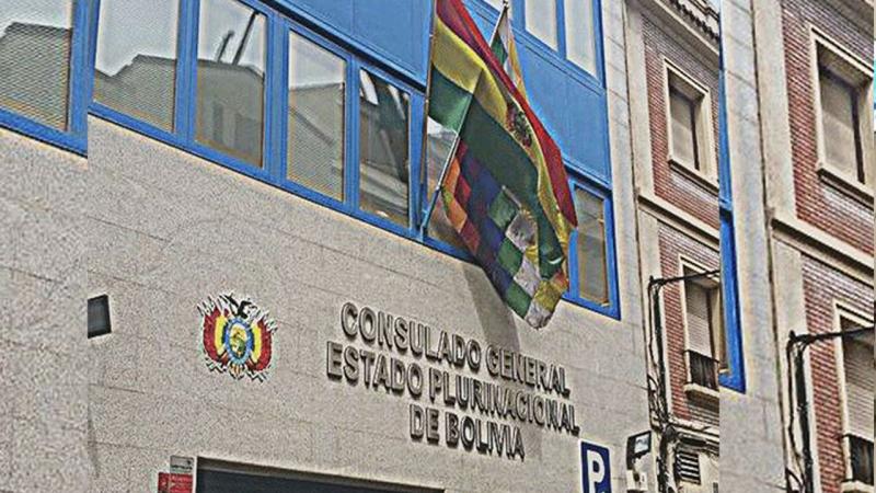 EL ALTO. Minibuses circulan por una de las avenidas de la ciudad más joven de Bolivia. - Redaccion central La Prensa