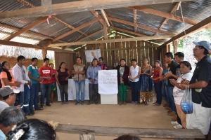 Evo Morales entrega el acuerdo a Albino García.