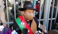 El presidente Evo Morales condecora al último piloto que combatió en la Guerra del Chaco, ayer.