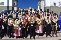 Los deportistas y entrenadores bolivianos junto con Gualberto Escobar (jefe de misión) afuera y dentro de la Villa Olímpica en Londre