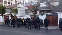 César Ricaldez (izq.) director de Relaciones Internacionales del municipio de Quilacollo, muestra documentación de descargo ante denuncias en su contra, ayer.