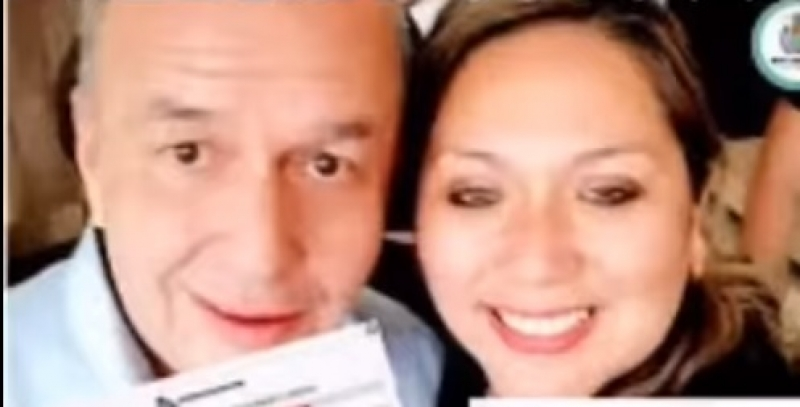 Una boliviana indultada en Chile llega a Oruro, el miércoles.